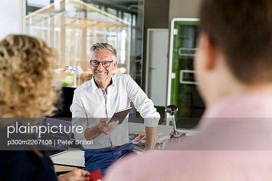 Deutschland, NRW, Düsseldorf, Business, Teambesprechung, Projektbesprechung in Grossraumbüro - p300m2267108 von Peter Scholl