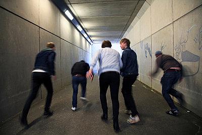 Jungs in einem Tunnel - p1090m882341 von Gavin Withey