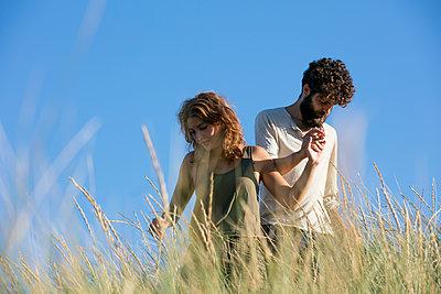 Junges Paar den in Dünen - p1212m1168694 von harry + lidy