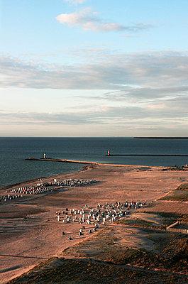 Strandkörbe am Strand  - p416m991026 von Roland Unterbusch
