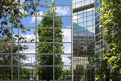 High-rise with glass front close to Parc André Citroen  - p445m1452451 by Marie Docher