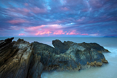 Australia, Queensland, Cairns. Dawn over the Coral Sea at Yorkeys Knob. - p652m716706 by Andrew Watson