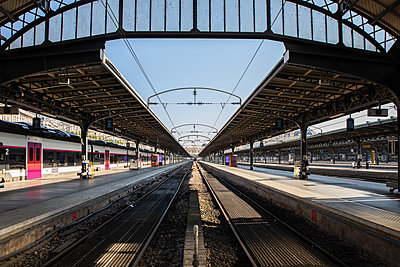 Empty train platform - p940m2179786 by Bénédite Topuz