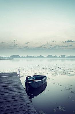 Boot am Steg - p992m1184924 von Carmen Spitznagel