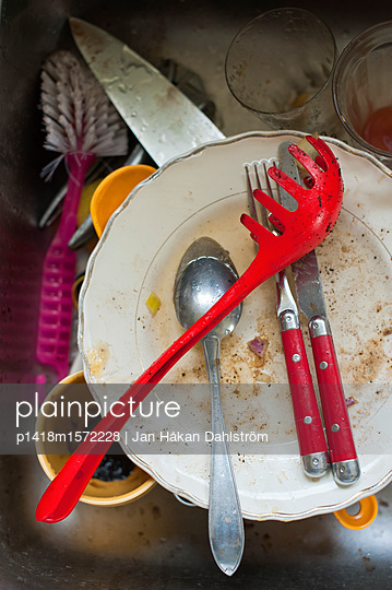 plainpicture - plainpicture p1418m1572228 - Unwashed dish in sink - plainpicture/Jan Håkan Dahlström