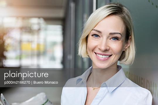 Portrait of smiling businesswoman with blue eyes - p300m2166270 by Buero Monaco