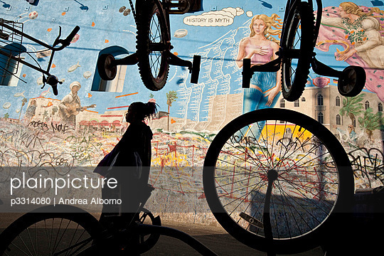 Wall painting and bicycles in Venice Beach - p3314080 by Andrea Alborno