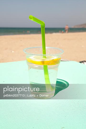 Erfrischung am Strand - p454m2037713 von Lubitz + Dorner