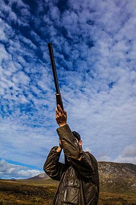 Jäger zielt mit einem Jagdgewehr - p1082m2022003 von Daniel Allan