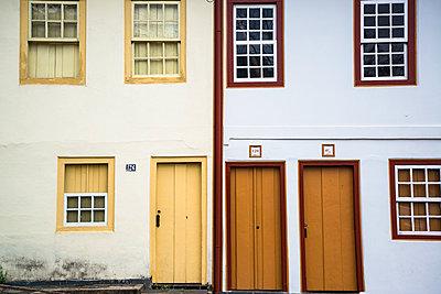 Alte Hausfassaden mit Fenstern - p1170m1111613 von Bjanka Kadic