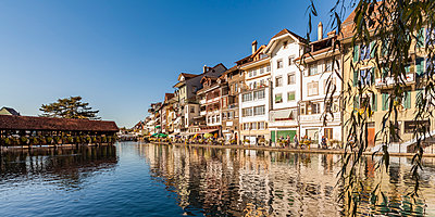Switzerland, Canton of Bern, Thun, river Aare, old town with Aarequai and sluice bridge - p300m1562688 by Werner Dieterich