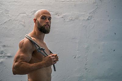 Portrait of a barechested athlete with rope - p300m2154692 by Javier De La Torre Sebastian