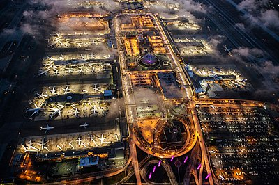 High angle view of airport illuminated at night, Los Angeles, California, USA - p429m1079896 by Pete Saloutos