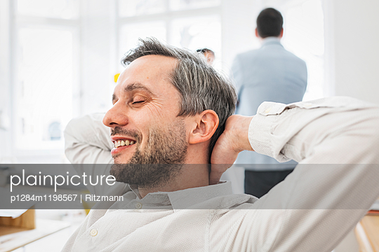 Architekt im Büro - p1284m1198567 von Ritzmann