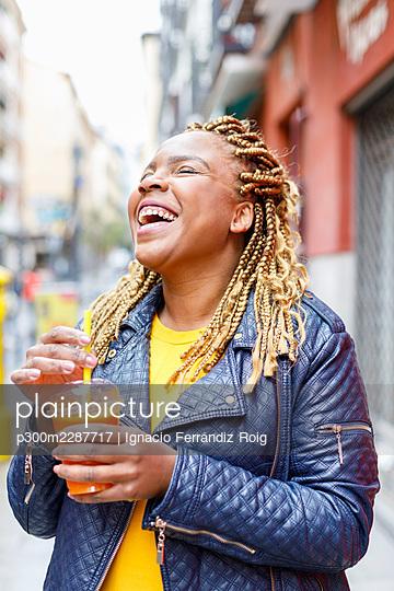 Plus size young black woman. Madrid, Spain. - p300m2287717 von Ignacio Ferrándiz Roig