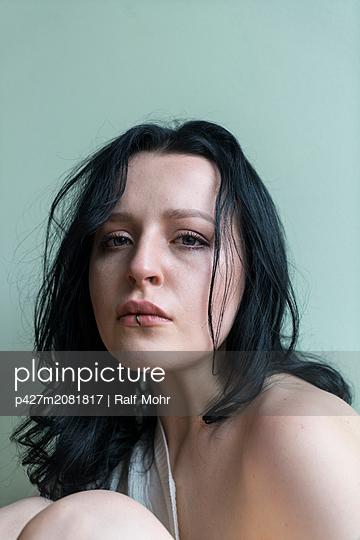 Sad woman - p427m2081817 by Ralf Mohr