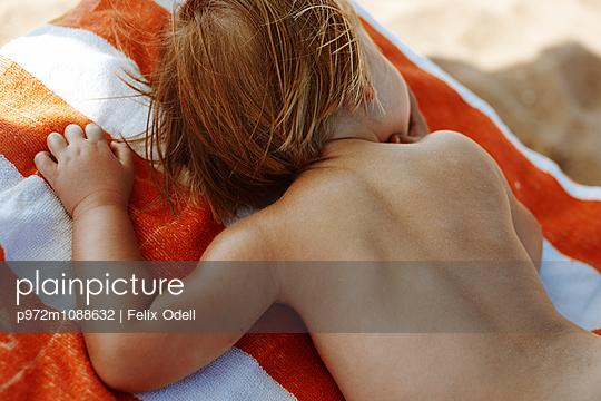 Kleines Mädchen schläft am Strand - p972m1088632 von Felix Odell
