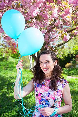 Luftballons verschenken - p045m1149699 von Jasmin Sander