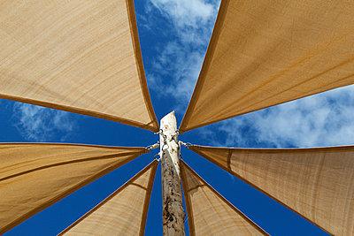 Sonnensegel - p218m858563 von Sylvia Westermann