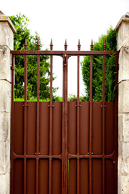 Brown gate - p248m912081 by BY
