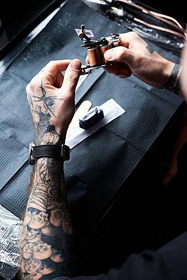 Tattoo artist at work in studio - p300m1499336 by Ivan Gener Garcia