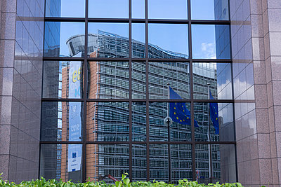 Belgium, Brussels, European Commission, Front of the Consilium with mirrored Berlaymont building - p300m950979f by Wilfried Wirth