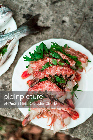 Fresh shrimps with parsley - p947m2119496 by Cristopher Civitillo