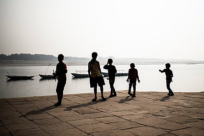 Silhouettes of children on the Ganges - p1007m2099081 by Tilby Vattard