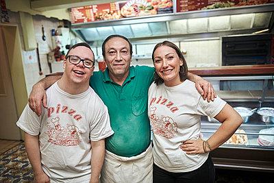 Mann mit Down-Syndrom in einer Pizzeria - p1164m2175915 von Uwe Schinkel