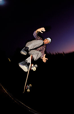 Skateboarder in der Luft - p2200095 von Kai Jabs