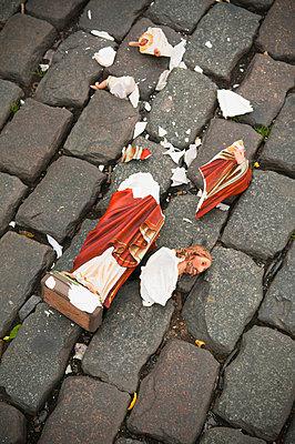 Broken jesus - p2230425 by Thomas Callsen