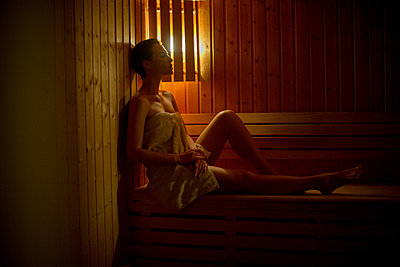 Woman relaxing in sauna - p623m1571013 by Frederic Cirou