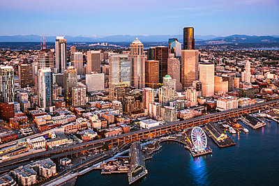 Aerial view of Seattle downtown skyline at sunset, Seattle, Washington, USA - p651m2032664 by Matteo Colombo photography