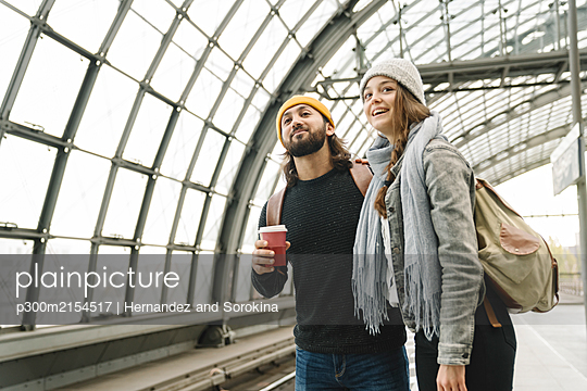 Young couple waiting at the station platform, Berlin, Germany - p300m2154517 by Hernandez and Sorokina