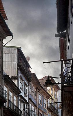 Häuserzeile in Porto - p1248m1439853 von miguel sobreira
