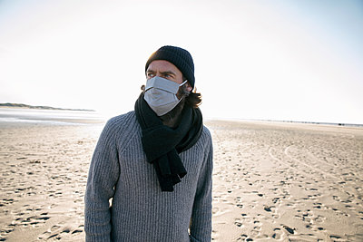 Germany, Schleswig-Holstein, St. Peter-Ording, Man at the beach - p788m2231277 by Lisa Krechting