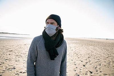 Deutschland, Schleswig-Holstein, St. Peter-Ording, Mann am Strand, Portrait - p788m2231277 von Lisa Krechting