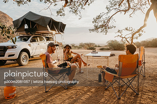Namibia, friends camping near Spitzkoppe - p300m2081057 by letizia haessig photography