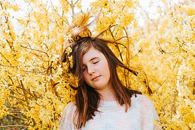 Mädchen vor blühenden Forsythien - p1507m2165731 von Emma Grann