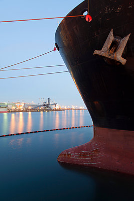 Close up of bow of ship docked in industrial harbor - p555m1414154 by Tom Paiva Photography