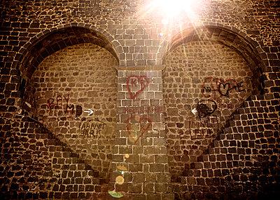 Mauerwerk in Herzform mit Herzen bemalt - p586m933163 von Kniel Synnatzschke