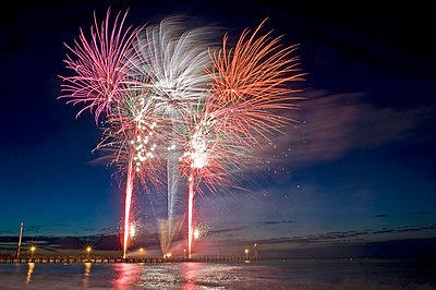 Feuerwerk über einer Seebrücke  - p589m1165830 von Thierry Beauvir