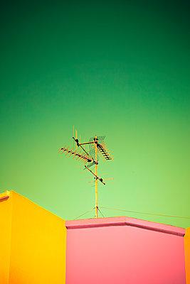 Antennen auf einem Dach - p647m1113090 von Tine Butter