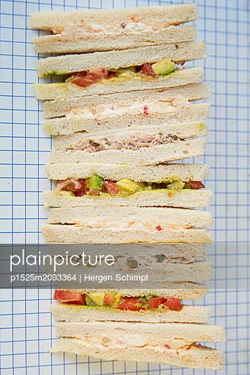 Thunfisch-Kapern, Avocado-Tomate, Frischkäse-Birne Sandwiches / Tramezzinies  - p1525m2093364 von Hergen Schimpf