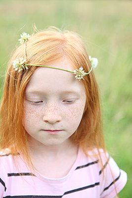 Mädchen mit Blumenkranz - p045m944665 von Jasmin Sander