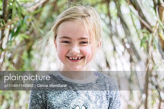 Mädchen lacht - p1114m1165952 von Carina Wendland