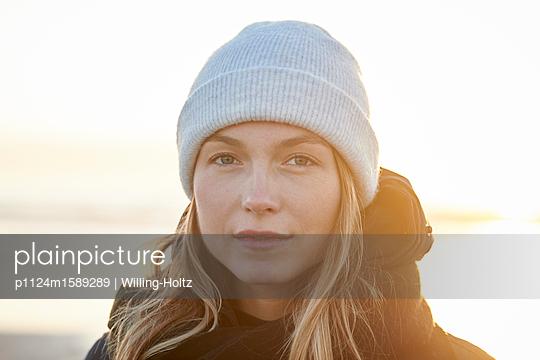 Frau mit Mütze am Meer - p1124m1589289 von Willing-Holtz