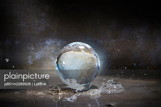 Ball-shaped ice while melting - p851m2289528 by Lohfink