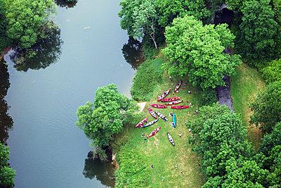 Ruderboote am Flussufer - p1016m2045215 von Jochen Knobloch