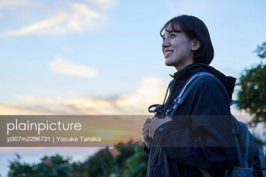 Japanese woman hiking - p307m2296731 by Yosuke Tanaka